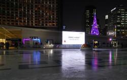 개막식을 앞둔 서울광장 스케이트장으로 사람들이 모여들고 있다