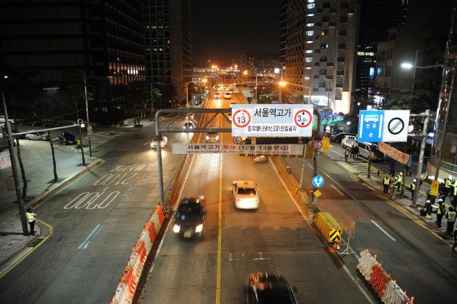 서울역 고가도로 차량 통행 제한 전 마지막으로 차량이 통과하고 있다.