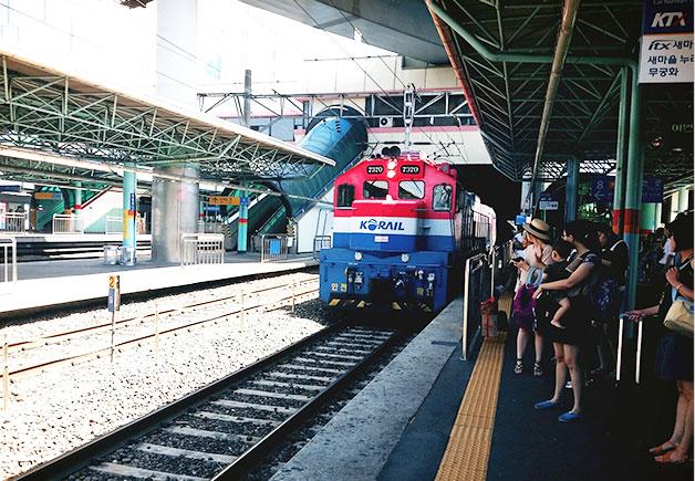 승강장으로 들어오는 열차