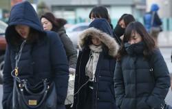 쌀쌀해진 날씨 속 출근길 풍경 ⓒ연합뉴스