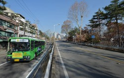 텅 빈 서울역 고가도로 옆으로 신설된 8001번 버스가 지나가고 있다ⓒ뉴시스