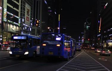밤 늦은 시각, 시내버스들이 부지런히 시민들을 실어 나르고 있다