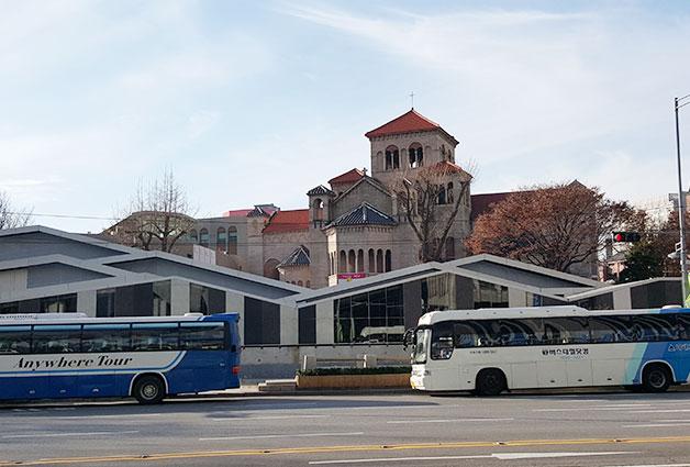 옛 국세청 별관 철거후 탁 트인 성공회 성당 건물과 그 앞에 조성중인 시민문화공원