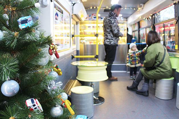 크리스마스 분위기로 꾸며진 타요버스 내부