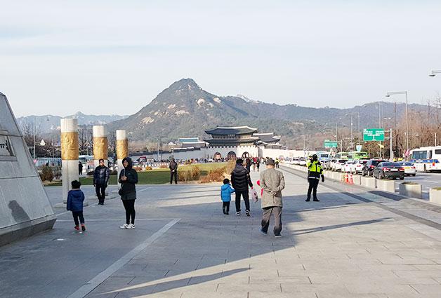 오늘날, 조선총독부 건물 철거로 탁 트인 광화문과 경복궁, 멀리 북악산(백악산)이 보인다.