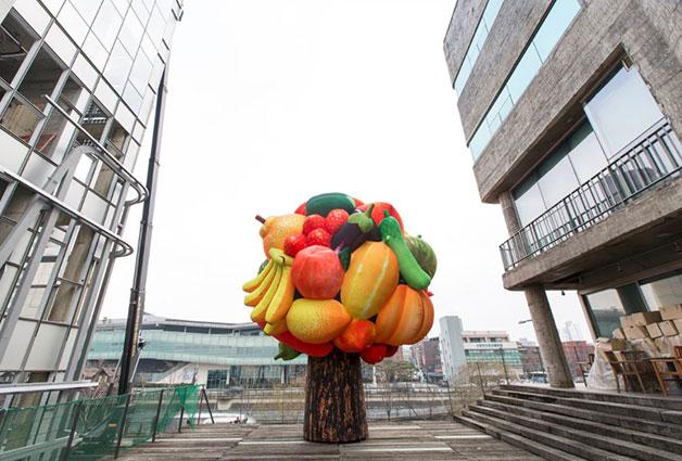 청계9가에 위치한 서울문화재단 청사 2층에 최정화의 `과일나무`가 설치됐다