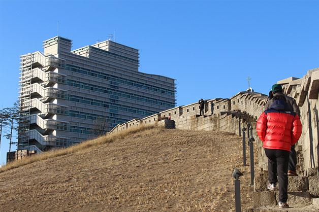 시민이 한양도성박물관 앞의 성곽길을 걷고 있다