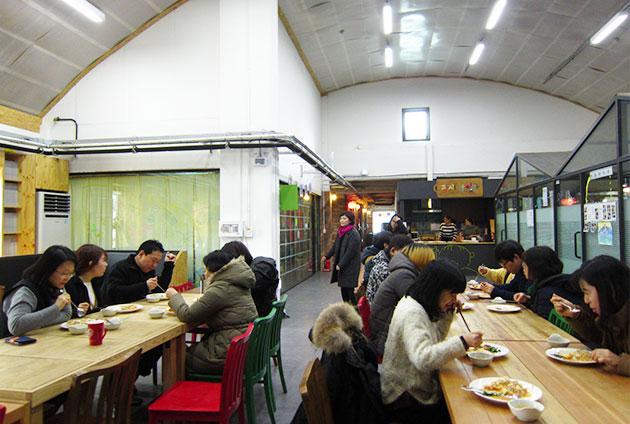 사회적경제허브센터 내의 수요밥상에서 식사하는 활동가들