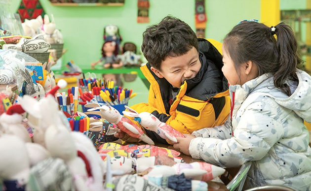 아이들이 다양한 기법으로 캐릭터 제작체험을 즐기고 있다