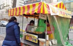 잉어빵을 팔고 있는 적십자봉사단 신영옥회장(오른쪽)과 회원