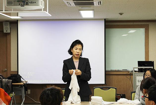 성신여대 김수연 교수가 티셔츠 제작 방법을 설명하고 있다