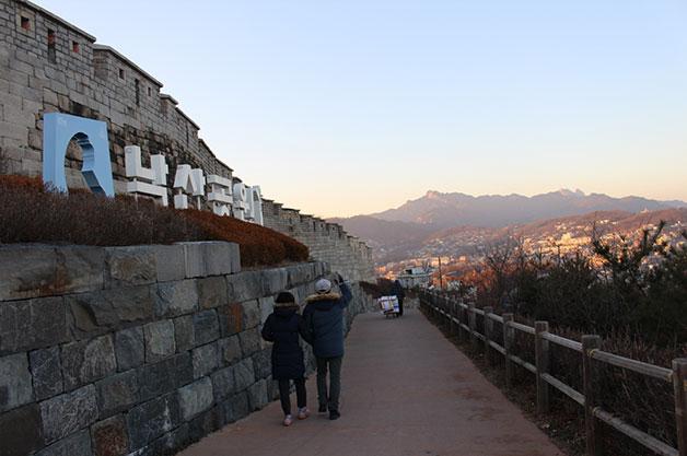 시민이 낙산공원 성곽길을 걷고 있다