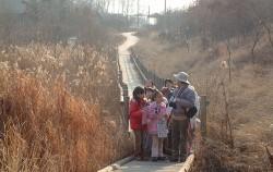 길동생태공원에서 조류를 관찰하는 아이들