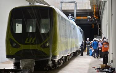 지난해 9월, 서울 최초 경전철(우이~신설) 전동차가 입고되고 있다 ⓒ뉴시스