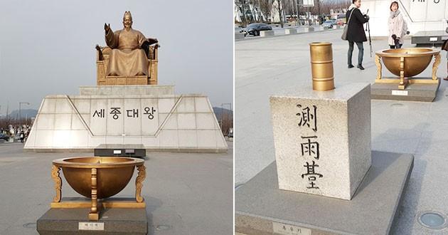 광화문 광장에 있는 세종대왕 동상과 해시계(좌), 측우기(우)