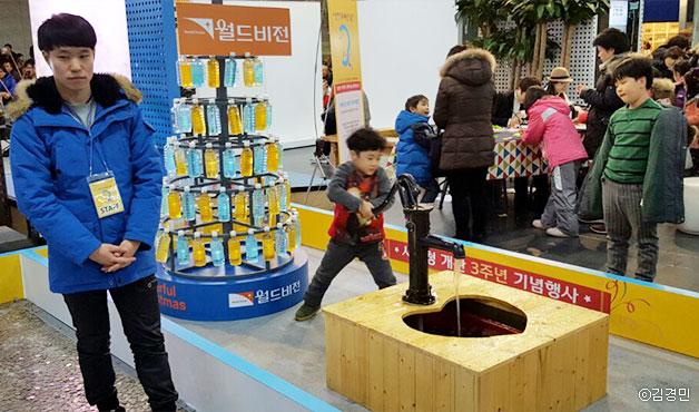 한 어린이가 식수펌프 체험을 하고 있다ⓒ김경민