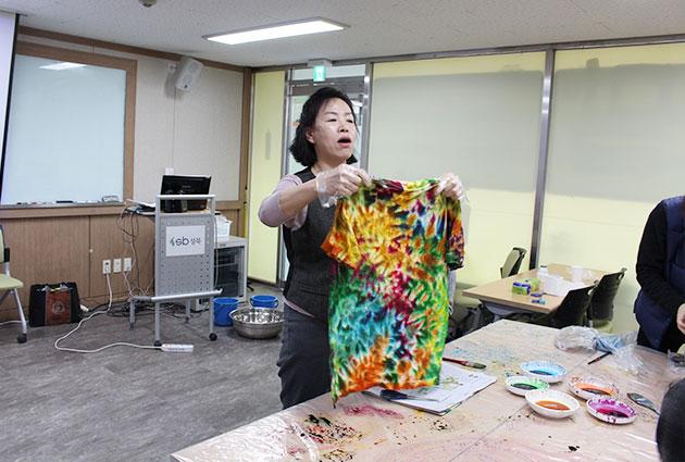 김 교수가 완성된 티셔츠를 들어보이고 있다