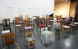 알록달록 양말목 방석이 입혀진 의자들