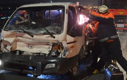 교통사고 인명구조 중인 119구조대