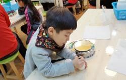 수분크림 용기에 제조일자를 적는 아이