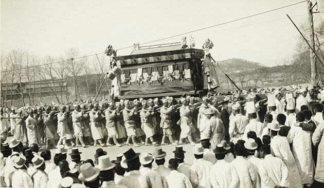 앨버트 테일러가 1919년 촬영한 고종 황제 인산 사진