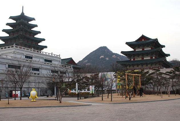 국립민속박물관 모습. 전통놀이체험시설이 앞에 있고, 뒤로는 인왕산이 보인다