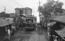주택가를 달리는 전차-1966.6.8.