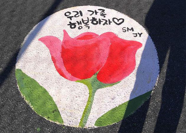 서울역 고가에 놓인 장미꽃 한송이