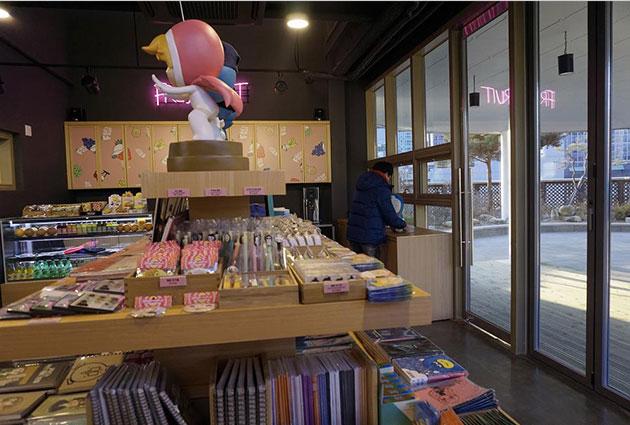 웹툰공작소 4층 작은 카페와 판매대