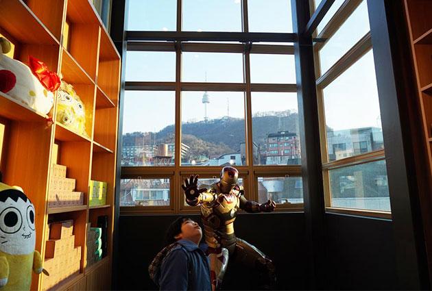 웹툰공작소 카페에는 서울타워가 보이는 창이 있고 기념품점이 있다