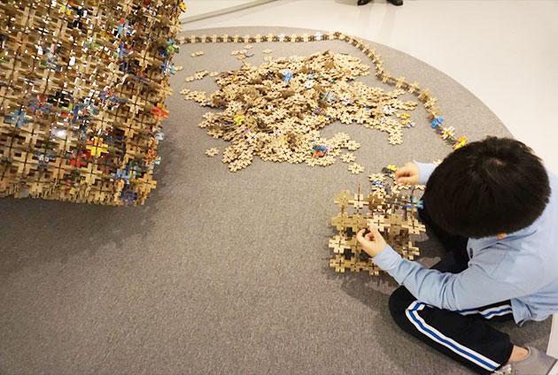 장난감 상자 골판지 블록으로 무언가를 만들고 있는 아이