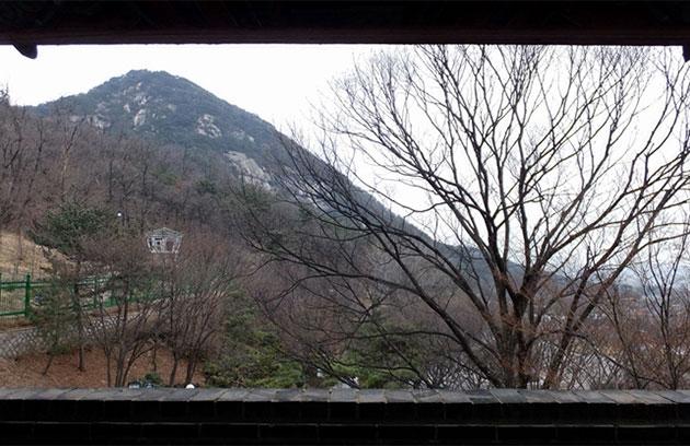 창의문 문루에서 보이는 북악산