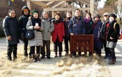 경의선 숲길을 걷고있는 시니어들 ⓒ정순영(한국시니어블로거협회 회원)