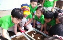 곤충체험중인 어린이들