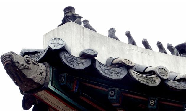 문루 지붕에 있는 아름다운 기와와 익살스러운 잡상
