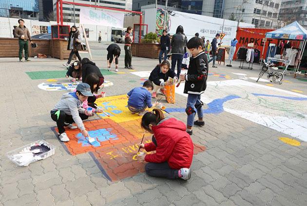 주민 정영주 씨와 아이들이 블록피켓에 참여하고 있다