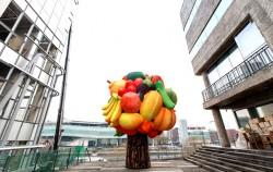 청계9가에 위치한 서울문화재단 청사 2층에 최정화의 `과일나무`