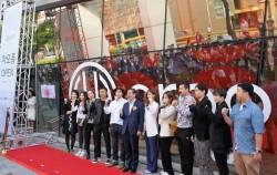 박원순 서울시장과 패션 디자이너들이 차오름 앞에서 파이팅을 외치고 있다