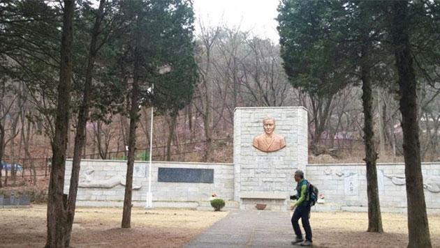 독립운동가 이준 열사 묘소에서 민주묘역순례길이 끝난다