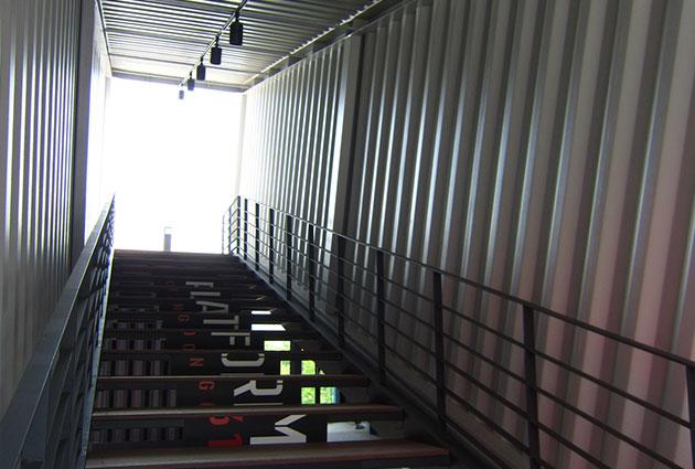 3층으로 올라가는 계단은 기울어진 컨테이너 박스 내부에 설치했다