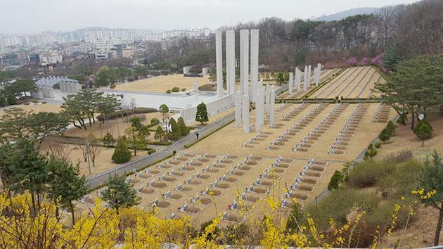 전망대에서 내려다 본 봄이 온 국립4·19민주묘지 모습