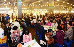 서울시는 노량진 일대를 수변 문화관광거점으로 키우는 종합발전계획을 수립했다. 사진은 매년 10월마다 노량진 수산시장에서 열리는 `도심 속 바다축제` 모습 ⓒ뉴시스