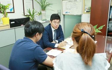 마을변호사가 주민과 법률상담을 하고 있다