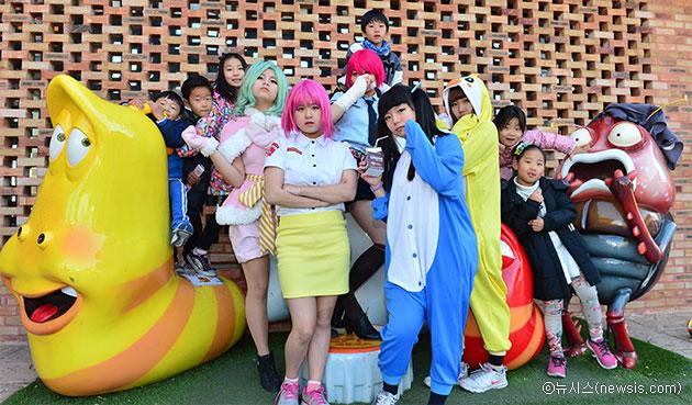 코스프레어와 어린이들이 서울애니메이션센터에서 함께 기념촬영을 하고 있다 ⓒ뉴시스
