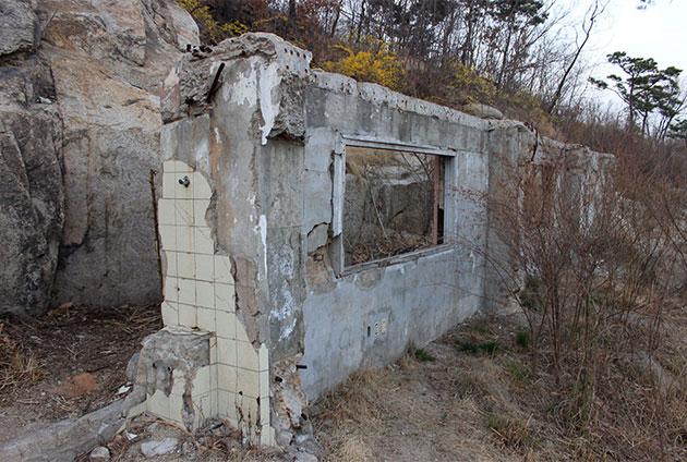 수성동계곡의 북쪽에는 옛 옥인시민아파트의 일부가 보존되어 남아있다