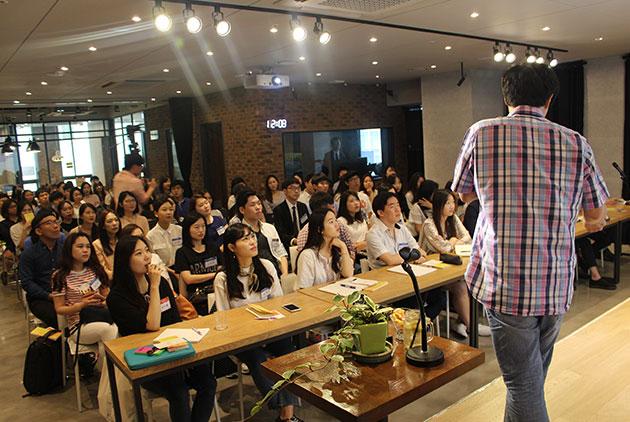 단국대의대 서민 교수와 경청하는 청년들 모습