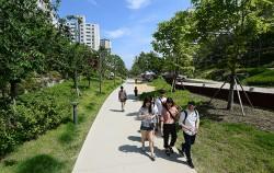 공원에서 산책을 즐기는 시민들 ⓒnews1