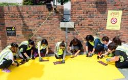 하비에르국제학교 앞 건널목에서 녹색어머니회 회원들이 옐로카펫을 설치하고 있다 ⓒ뉴시스