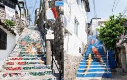 이화벽화마을 꽃계단과 물고기그림, 지난달 누군가가 이 그림을 페인트로 지워버렸다