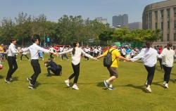 서울광장에서 참석자들이 한데 어울려 강강술래를 하고 있다
